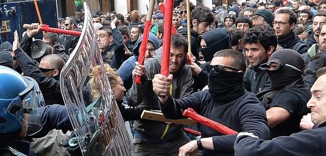 Centri sociali assaltano a bastonate gazebo 'contro il degrado'