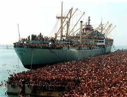 Invasione: Renzi traina in porto nave con 600 clandestini