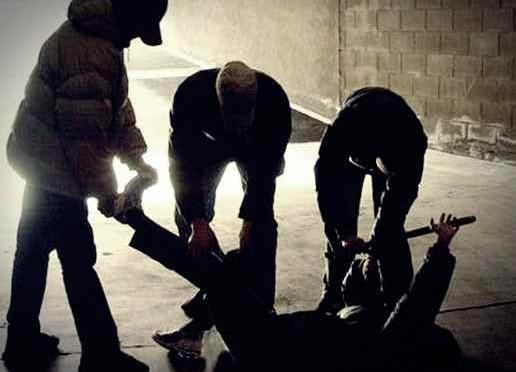 Migranti prendono a manganellate ragazzino italiano