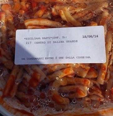 Italiani tagliano sul cibo, clandestini lo buttano
