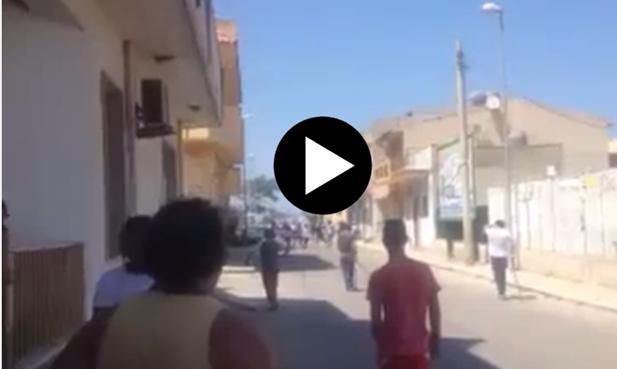 Vespri Siciliani: scontri etnici tra italiani e clandestini – VIDEO