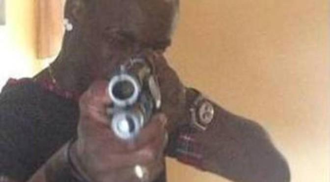 Balotelli imbraccia fucile e minaccia chi osa criticarlo