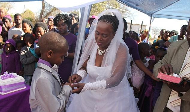 """""""Siamo tutti uguali"""": bambino di 9 anni sposa una 62enne"""