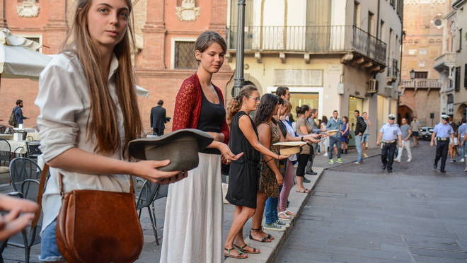 """Padova, manifestazione a favore del degrado: """"Siamo tutti mendicanti"""""""