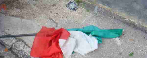 """Profughi strappano tricolore: """"Vogliamo pollo e patatine, no pasta"""""""