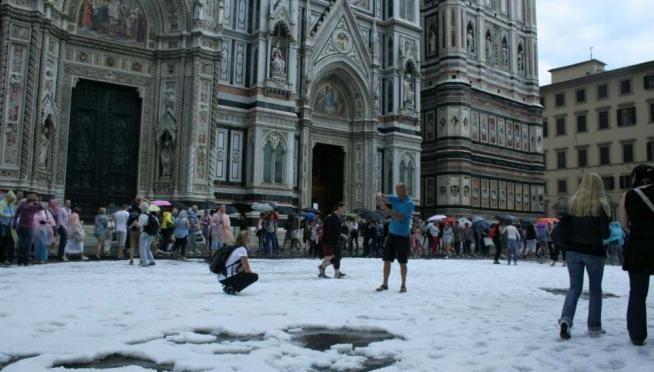 Firenze 'bombardata' dalla grandine