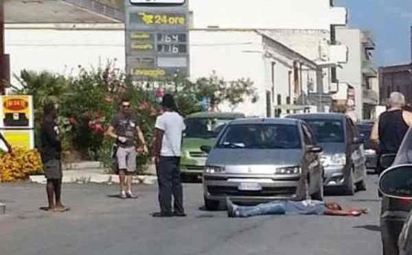 'Profughi' bloccano strada, aggrediscono passanti: scene selvagge – FOTO