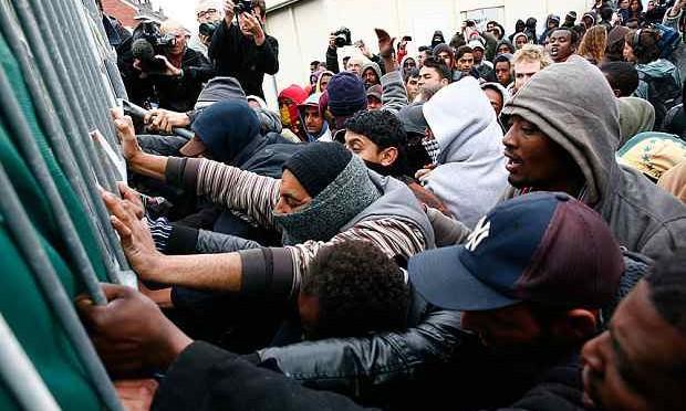 Mare Nostrum: clandestini prendono d'assalto traghetti passeggeri, guerriglia – VIDEO