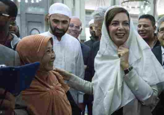 EURABIA: ISLAMICA STRAPPA 'CHARLIE HEBDO' IN CLASSE PROFESSORI LA DIFENDONO