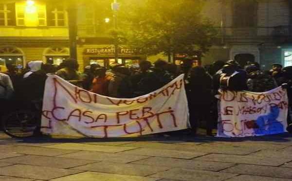 "'Profughi' senegalesi occupano Municipio: ""Dateci i soldi e permessi"""