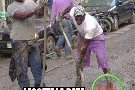 TV paga profughi perché fingano di spalare fango