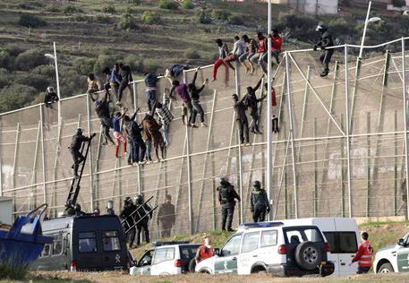 Africani assaltano la frontiera di Melilla: scontri