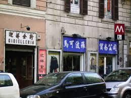 "Cinese agli italiani: ""Adattatevi o andatevene via"""