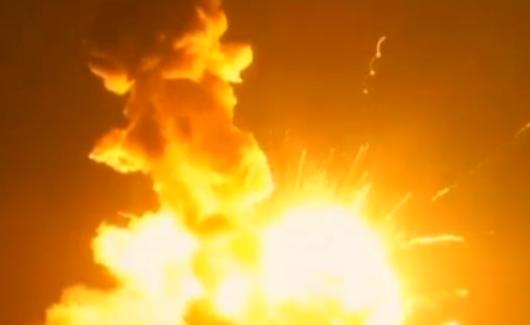Miliziani festeggiano al grido 'Allah Akbar', missile li centra in pieno – VIDEO