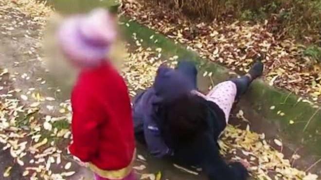 Rumena ubriaca davanti ai figli, cade in un fosso per prendere una birra – VIDEO