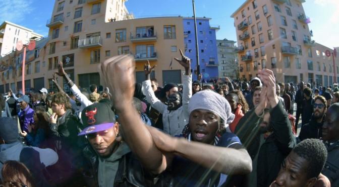 Torino: africani circondano e intimidiscono consiglieri comunali – FOTO