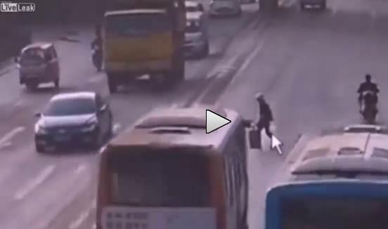 Strisce pedonali in Cina: donna attraversa e causa mega-incidente – VIDEO