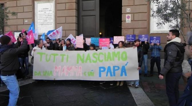 """Sindaco Pd abolisce termini """"mamma"""" e """"papà"""" perché omofobi: cittadini in rivolta"""