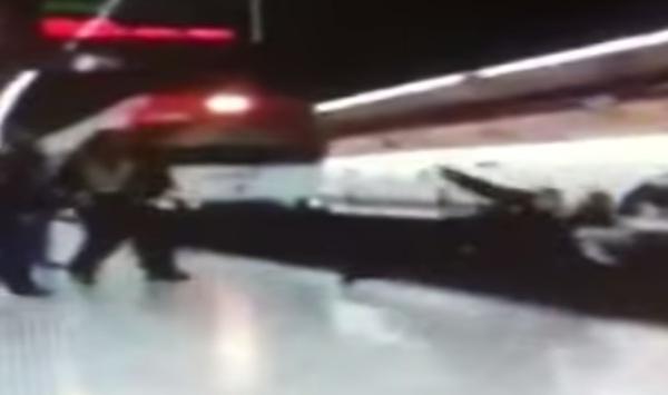 Immigrato spinge agente sotto il treno: morto – VIDEO CHOC