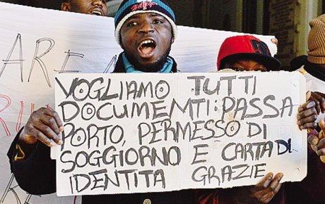 """""""Profughi"""" bloccano strada con legna e sassi: dateci tutti i documenti"""