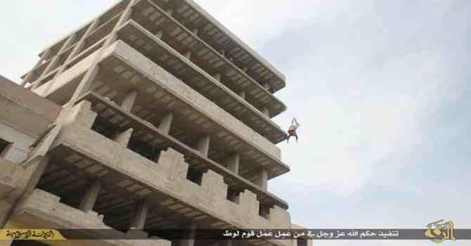 Gay gettato da edificio e sopravvissuto: finito a calci dalla folla islamica – FOTO CHOC