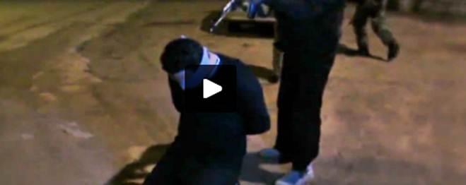 Sempre più vicini: ISIS 'giustizia' poliziotto al confine israeliano – VIDEO CHOC