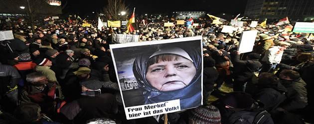"""Pegida: """"Merkel è la donna più pericolosa d'Europa"""""""