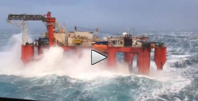 Onde spaventose si schiantano contro piattaforma petrolifera – VIDEO