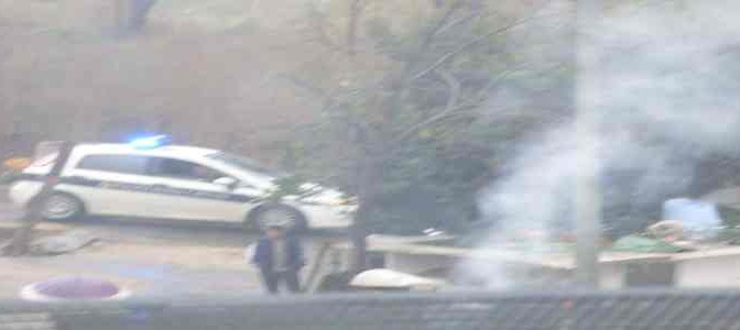 Roma: 'nomadi' diffondono fumi tossici, vigili 'guardano' – FOTO