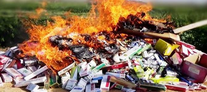Bengasi, Libia:  ISIS sequestra e dà fuoco a sigarette 'peccaminose' – FOTO