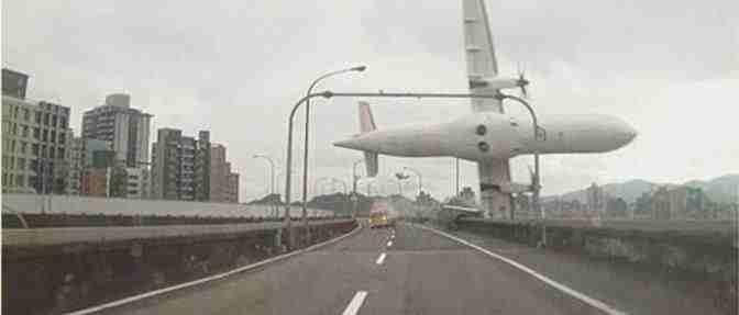 Terrificante schianto di un aereo a Taipei: ancora 20 intrappolati – VIDEO