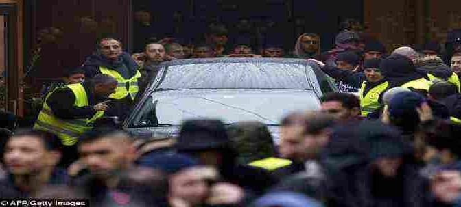Copenhagen: in centinaia, gli immigrati al funerale del terrorista islamico – FOTO SHOCK