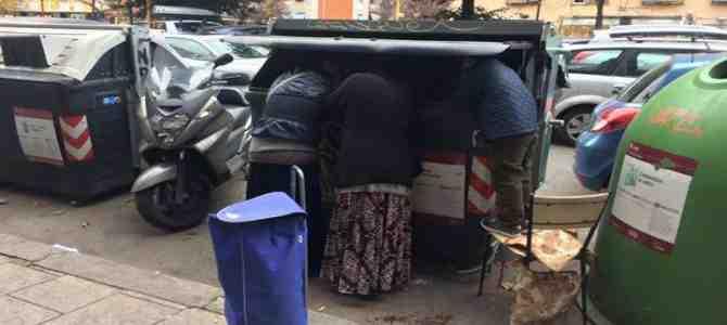 Sindaco porta 'raccolta differenziata' in campo nomadi abusivo