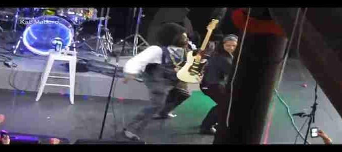 Rapper aggredisce barbaramente donna sul palco – VIDEO