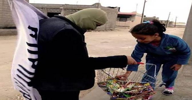 ISIS come gli invasori americani: 'comprano' bambini con la cioccolata – FOTO