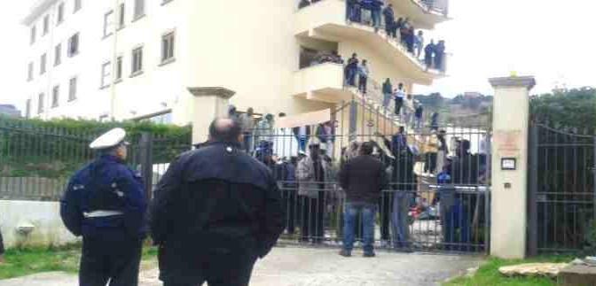 Profughi spaccano tutto e prendono ostaggio anziana