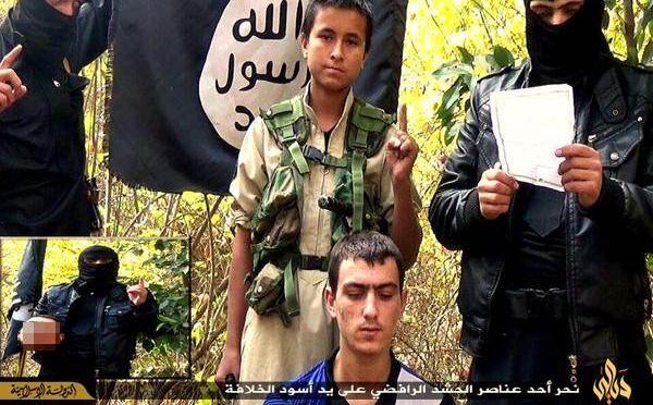 ISIS fa sgozzare prigioniero a bambino islamico – FOTO
