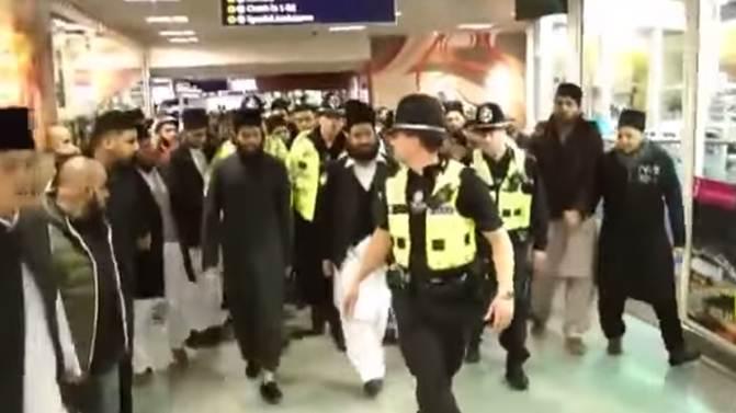 Arriva predicatore islamico: aeroporto invaso da folla urlante – VIDEO