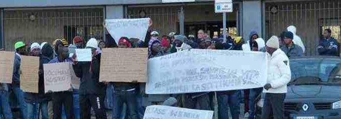 """Clandestini africani occupano strade: """"Esigiamo Asilo Politico (soldi, hotel e documenti)"""""""
