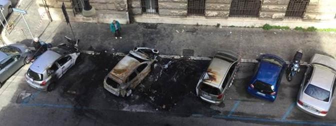 Milano come Parigi: auto in fiamme nella notte