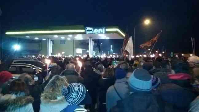 In migliaia a difesa del 'benzinaio eroe': grande manifestazione di sostegno