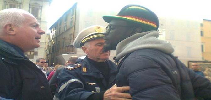 """Venditore abusivo minaccia manifestanti anti-degrado: """"Roma è nostra"""""""