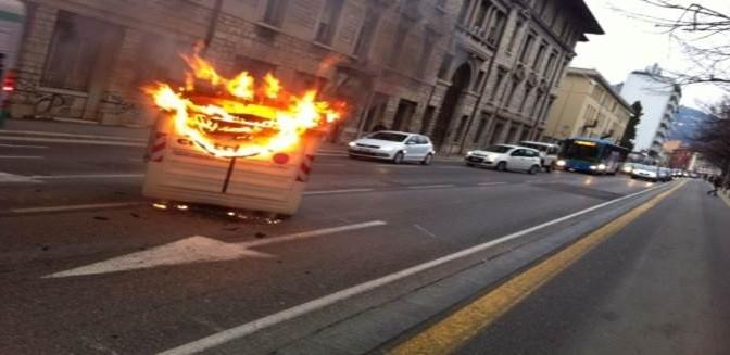 Brescia, la guerriglia dei clandestini: volevano strage, taniche di benzina da lanciare contro agenti