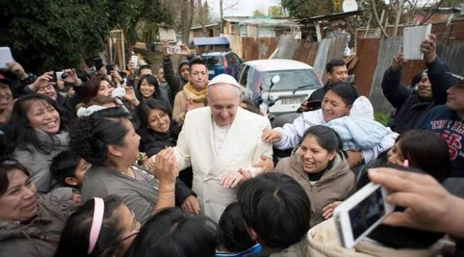 Bergoglio tra i 'poveri migranti' con l'iPhone e l'iPad