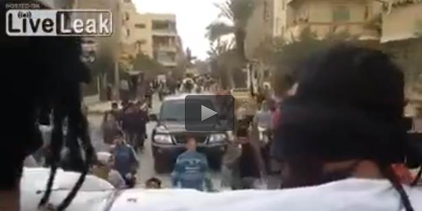Esercito siriano cattura capo di ISIS: in parata tra la folla – VIDEO