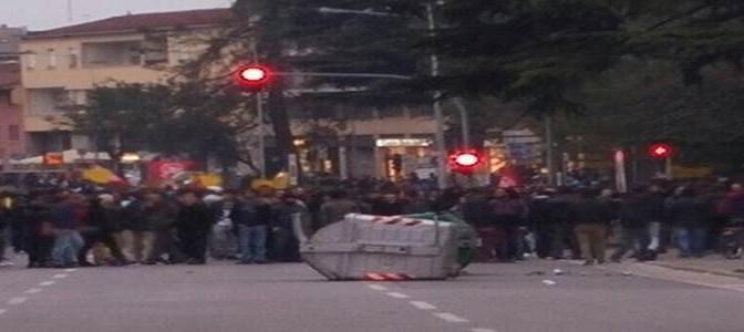 Sindaco nega residenza a truffatrice: centri sociali e antirazzisti furiosi