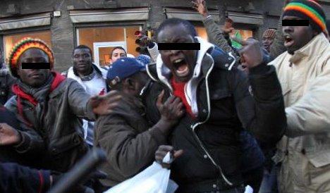 Profughi occupano si barricano e lanciano sassi: interviene esercito
