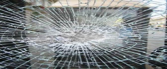 """Profughi islamici distruggono vetrata centro: """"Il Ramadan è sacro!"""""""