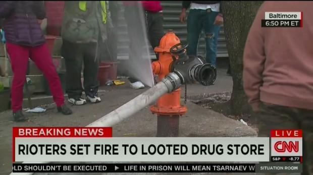 Baltimora: pompieri tentano salvare edificio, africani bucano pompa – VIDEO