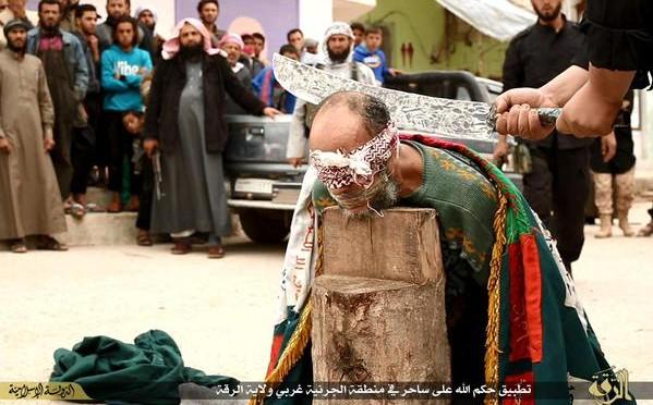Furia islamica: decapitati due 'stregoni' nella capitale del Califfato – FOTO